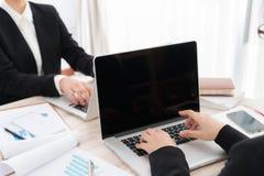 Ludzie biznesu używa laptop i Pieniężne mapy przy spotkaniem Obrazy Royalty Free