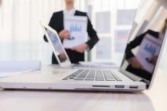 Ludzie biznesu używa laptop i Pieniężne mapy przy spotkaniem Fotografia Stock