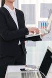 Ludzie biznesu używa laptop i Pieniężne mapy przy spotkaniem Zdjęcia Royalty Free