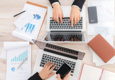 Ludzie biznesu używa laptop i Pieniężne mapy przy spotkaniem Zdjęcie Royalty Free