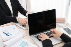 Ludzie biznesu używa laptop i Pieniężne mapy przy spotkaniem Obraz Royalty Free