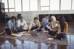 Ludzie biznesu używa mapy i laptop w biurze podczas gdy pracujący zdjęcia stock