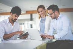 Ludzie biznesu używa technologię i sprawdzać dokument zdjęcie stock