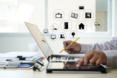 Ludzie biznesu use technologii handlu elektronicznego Internetowego Globalnego Marketingowego Nabywa planu i banka pojęcie zdjęcie royalty free