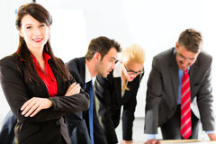 Ludzie Biznesu w biurowym działaniu jak drużyna Obraz Royalty Free