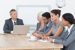 Ludzie biznesu w deskowego pokoju spotkaniu zdjęcia stock