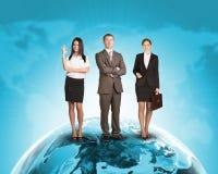 Ludzie biznesu w kostium pozyci na Ziemskiej powierzchni Zdjęcia Stock