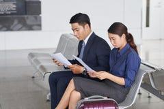 Ludzie Biznesu w lotniska czekania terenie fotografia royalty free