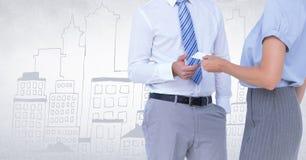 Ludzie biznesu w połowie sekcj zamienia kartę przeciw biel ścianie z miasta doodle Obraz Stock