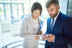 Ludzie Biznesu w Szklanej windzie obraz stock