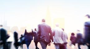 Ludzie Biznesu Walkingn dojeżdżającego pejzażu miejskiego Zwyczajnego pojęcia Obrazy Royalty Free