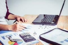 Ludzie biznesu wskazuje palce przy mapą na laptopie udawać się po to, aby Obrazy Stock