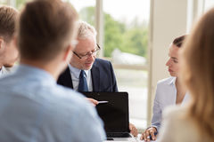Ludzie biznesu z laptopu spotkaniem w biurze Fotografia Royalty Free