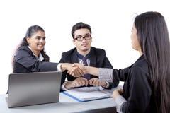 Ludzie biznesu z nowym pracownikiem Zdjęcie Stock