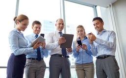 Ludzie biznesu z pastylek smartphones i komputerem osobistym Zdjęcie Royalty Free