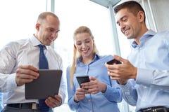 Ludzie biznesu z pastylek smartphones i komputerem osobistym Obraz Royalty Free