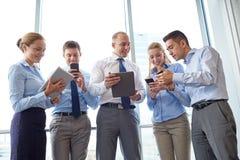Ludzie biznesu z pastylek smartphones i komputerem osobistym zdjęcia stock