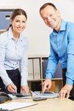Ludzie biznesu z pastylka komputerem w biurze obraz stock