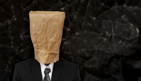Ludzie biznesu z zmiętą brown papierową torbą na głowie, z kopii przestrzenią Zdjęcia Royalty Free