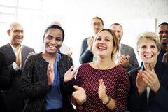 Ludzie Biznesu Zespalają się Oklaskujący osiągnięcia pojęcie obraz royalty free