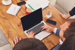 Ludzie biznesu zespalają się wpólnie spojrzenie przy laptopem w biurze, unrecognizable Obraz Stock