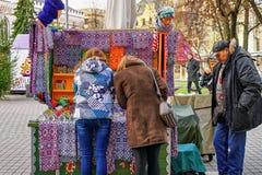 Ludzie blisko małego kioska z tradycyjnymi pamiątkami w Ryskim Zdjęcia Stock