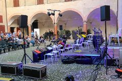 Ludzie blisko przygotowywającej koncertowej sceny na godach w historycznym ce Obraz Stock