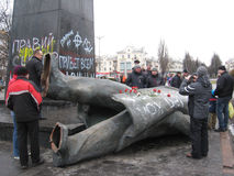 Ludzie blisko rzucającego dużego brązowego zabytku Lenin Obrazy Stock