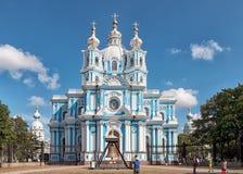 Ludzie blisko Smolny katedry St Petersburg Rosja Fotografia Stock