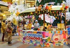 Ludzie blisko sprzeciwiają się przy nowego roku jarmarkiem w Moskwa Obraz Royalty Free