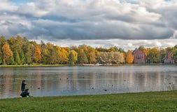 Ludzie blisko Wielkiego stawu Tsarskoye Selo Petersburg Rosja Obraz Royalty Free