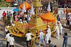 Ludzie brali udział w religijnym korowodzie podczas Phi Mai Lao nowego roku świętowań w Luang Prabang, Laos obrazy stock