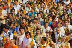 Ludzie brali udział w religijnym korowodzie podczas Phi Mai Lao nowego roku świętowań w Luang Prabang, Laos zdjęcia stock