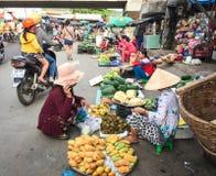 Ludzie bubel owoc przy Duong Dong wprowadzać na rynek w Phu Quoc, Wietnam zdjęcia stock