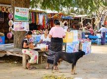 Ludzie bubel pamiątek w Mandalay, Myanmar zdjęcie royalty free