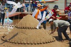Ludzie budują piasek pagodę przy Mekong brzeg rzeki podczas Lao nowego roku Phi Mai świętowania w Luang Prabang, Laos Zdjęcie Royalty Free