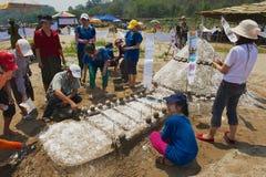 Ludzie budują piasek pagodę przy Mekong brzeg rzeki podczas Lao nowego roku Phi Mai świętowania w Luang Prabang, Laos Obrazy Stock