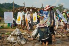 Ludzie budują piasek pagodę przy Mekong brzeg rzeki podczas Lao nowego roku Phi Mai świętowania w Luang Prabang, Laos Fotografia Royalty Free