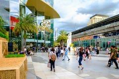 Ludzie chodzą do i z Siam Paragon zakupy centrum handlowego Ja jest fotografia royalty free