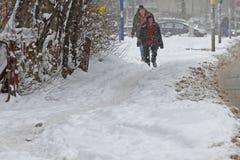 Ludzie chodzą na bardzo śnieżnym chodniczku podczas śnieżycy w mieście Sofia, Bułgaria †'Feb 26,2018 Zdjęcia Stock