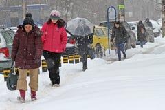 Ludzie chodzą na bardzo śnieżnym chodniczku podczas śnieżycy w mieście Sofia, Bułgaria †'Feb 26,2018 Lodowaty chodniczek Fotografia Royalty Free