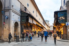 Ludzie chodzą na Ponte Vecchio w Florencja mieście Zdjęcie Royalty Free