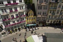Ludzie chodzą na ulicach zdrój, 2016 w Karlovy Zmieniają, republika czech grodzki Karlovy Zmienia na Lipu 3 Zdjęcia Stock