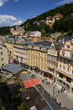 Ludzie chodzą na ulicach zdrój, 2016 w Karlovy Zmieniają, republika czech grodzki Karlovy Zmienia na Lipu 3 Zdjęcie Stock