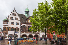 Ludzie chodzą na urzędu miasta kwadracie w Freiburg im Breisgau mieście Zdjęcia Royalty Free