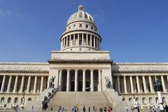 Ludzie chodzą przed Capitolio budynkiem w Hawańskim, Kuba Fotografia Royalty Free