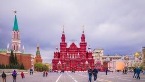 Ludzie chodzą przy placem czerwonym blisko Kremlin ściany w Moskwa, Rosja zdjęcie stock