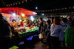 Ludzie chodzą przy Sangkhlaburi ulicznym rynkiem który jest bardzo sławny Obraz Stock