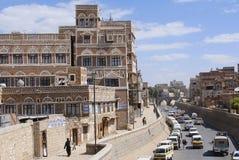 Ludzie chodzą ulicą Sanaa miasto w Sanaa, Jemen fotografia royalty free