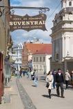 Ludzie chodzą ulicą stary miasteczko w Vilnius, Lithuania Zdjęcia Stock